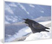 Foto in lijst - Een raaf kraait in een winters landschap fotolijst wit 60x40 cm - Poster in lijst (Wanddecoratie woonkamer / slaapkamer)