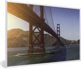 Foto in lijst - De Golden Gate Bridge en de heldere blauwe rivier fotolijst wit 60x40 cm - Poster in lijst (Wanddecoratie woonkamer / slaapkamer)