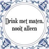 Tegeltje met Spreuk (Tegeltjeswijsheid): Drink met maten, nooit alleen + Kado verpakking & Plakhanger
