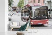 Fotobehang vinyl - Een vooraanzicht van een rood gekleurde bus breedte 525 cm x hoogte 350 cm - Foto print op behang (in 7 formaten beschikbaar)