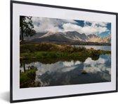 Foto in lijst - Reflectie van de lucht in het Segara-meer in het Nationaal Park Gunung Rinjani fotolijst zwart met witte passe-partout klein 40x30 cm - Poster in lijst (Wanddecoratie woonkamer / slaapkamer)