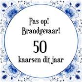 Verjaardag Tegeltje met Spreuk (50 jaar: Pas op! brandgevaar! 50 kaarsen dit jaar! + cadeau verpakking & plakhanger