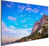 Strand met bergen Brazilie Aluminium 90x60 cm - Foto print op Aluminium (metaal wanddecoratie)