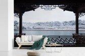 Fotobehang vinyl - Sneeuwlandschap bij het meer van Hangzhou breedte 330 cm x hoogte 220 cm - Foto print op behang (in 7 formaten beschikbaar)