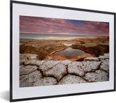Foto in lijst - De kust van de Dode Zee bij zonsopkomst in Azië fotolijst zwart met witte passe-partout klein 40x30 cm - Poster in lijst (Wanddecoratie woonkamer / slaapkamer)