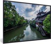Foto in lijst - De tempel langs de rivier in Nanjing fotolijst zwart 60x40 cm - Poster in lijst (Wanddecoratie woonkamer / slaapkamer)
