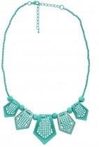 Korte, blauwe ketting met blauwe kralen en blauwe hangers met kristallen steentjes.