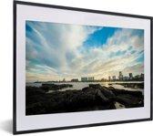 Foto in lijst - Zonsondergang achter de skyline van Montevideo in het zuiden van Uruguay fotolijst zwart met witte passe-partout klein 40x30 cm - Poster in lijst (Wanddecoratie woonkamer / slaapkamer)