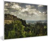 Foto in lijst - Wolken over de Toscaanse heuvels in de Italiaanse ommuurde stad San Gimignano fotolijst wit 60x40 cm - Poster in lijst (Wanddecoratie woonkamer / slaapkamer)