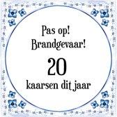 Verjaardag Tegeltje met Spreuk (20 jaar: Pas op! brandgevaar! 20 kaarsen dit jaar! + cadeau verpakking & plakhanger