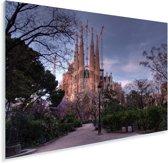 Sagrada Familia in de schemering in Barcelona Plexiglas 120x80 cm - Foto print op Glas (Plexiglas wanddecoratie)