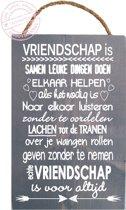 S132 GW Steigerhouten tekstbord Vriendschap  Grijs met witte tekst print. De afmeting 30 x 19,5. Het bordjes is voorzien van een touw zodat hij kan worden opgehangen. De zaagkanten zijn onbehandeld waardoor een stoer en eigentijds uiterlijk!