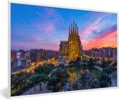 Foto in lijst - Zonsondergang achter de Sagrada Familia in Spanje fotolijst wit 60x40 cm - Poster in lijst (Wanddecoratie woonkamer / slaapkamer)