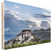 Het Potalapaleis met op de achtergrond mooie wolken en de bergen Vurenhout met planken 120x80 cm - Foto print op Hout (Wanddecoratie)