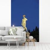 Fotobehang vinyl - Volle maan achter het David standbeeld in Florence breedte 270 cm x hoogte 400 cm - Foto print op behang (in 7 formaten beschikbaar)