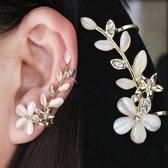 Fashionidea - Mooie goudkleurige oorclip links model met sierlijke strass steentjes