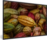 Foto in lijst - Tropische kleuren van de cacaoboon peulen op een hoopje fotolijst zwart 60x40 cm - Poster in lijst (Wanddecoratie woonkamer / slaapkamer)