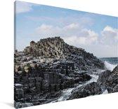 Golven stromen over de Giant's Causeway Canvas 180x120 cm - Foto print op Canvas schilderij (Wanddecoratie woonkamer / slaapkamer) XXL / Groot formaat!
