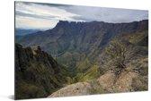 Uitzicht op de bergvallei bij het Amfitheater Drakensbergen in Zuid-Afrika Aluminium 90x60 cm - Foto print op Aluminium (metaal wanddecoratie)