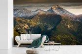 Fotobehang vinyl - Een donkere lucht boven het Nationaal Park Tatra in Slowakije breedte 420 cm x hoogte 280 cm - Foto print op behang (in 7 formaten beschikbaar)