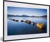 Foto in lijst - Rotsen bij het meer Loch Lomond in Schotland fotolijst zwart met witte passe-partout 60x40 cm - Poster in lijst (Wanddecoratie woonkamer / slaapkamer)