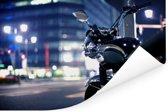 Motorfiets midden in de avond in een stad Poster 180x120 cm - Foto print op Poster (wanddecoratie woonkamer / slaapkamer) XXL / Groot formaat!