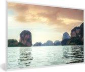Foto in lijst - Uitzicht op de rotsen in het Nationaal Park Ao Phang Nga in Thailand fotolijst wit 60x40 cm - Poster in lijst (Wanddecoratie woonkamer / slaapkamer)