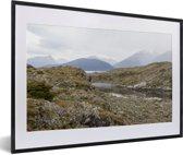 Foto in lijst - De mooie gebergtes van het Nationaal park Tierra del Fuego fotolijst zwart met witte passe-partout 60x40 cm - Poster in lijst (Wanddecoratie woonkamer / slaapkamer)