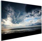 FotoCadeau.nl - Dramatisch licht en wolken boven zee Glas 120x80 cm - Foto print op Glas (Plexiglas wanddecoratie)