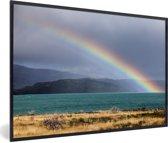 Foto in lijst - Een regenboog boven het Pehoe meer fotolijst zwart 60x40 cm - Poster in lijst (Wanddecoratie woonkamer / slaapkamer)