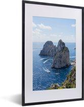 Foto in lijst - Mooie rotsformatie in de zee van Capri in Italië fotolijst zwart met witte passe-partout 40x60 cm - Poster in lijst (Wanddecoratie woonkamer / slaapkamer)