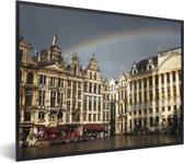 Foto in lijst - Een bijzondere foto van een regenboog boven de Grote Markt van Brussel fotolijst zwart 40x30 cm - Poster in lijst (Wanddecoratie woonkamer / slaapkamer)