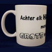 Witte koffiemok met tekst Achter elk hardwerkend mens staat een grote hoeveelheid koffie