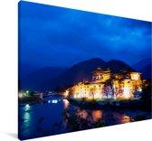 Het Punakha Dzong klooster in het Aziatische Bhutan tijdens het blauwe uur Canvas 180x120 cm - Foto print op Canvas schilderij (Wanddecoratie woonkamer / slaapkamer) XXL / Groot formaat!