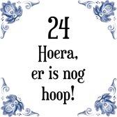 Verjaardag Tegeltje met Spreuk (24 jaar: Hoera! Er is nog hoop! 24! + cadeau verpakking & plakhanger