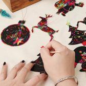 Kerstboom Kras Versiering - Kerst decoratie - Kerstmis Ornamenten voor Kids - Moderne Kras Kerstballen - Kersthanger Kerstbal Kerstversiering voor kinderen - 12 stuks Regenboog kraspapier met touwtjes en kraspotloden