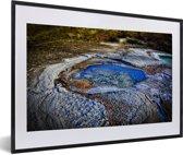 Foto in lijst - Waterzwembaden met zoutranden aan de kust van de Dode Zee in Azië fotolijst zwart met witte passe-partout 60x40 cm - Poster in lijst (Wanddecoratie woonkamer / slaapkamer)