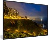 Foto in lijst - Mooie gele verlichting tijdens de avond in Lima fotolijst zwart 60x40 cm - Poster in lijst (Wanddecoratie woonkamer / slaapkamer)