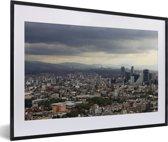 Foto in lijst - Donkere wolken boven de miljoenenstad Mexico-stad fotolijst zwart met witte passe-partout 60x40 cm - Poster in lijst (Wanddecoratie woonkamer / slaapkamer)