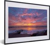 Foto in lijst - Een kleurrijke zonsondergang bij de zee fotolijst zwart met witte passe-partout klein 40x30 cm - Poster in lijst (Wanddecoratie woonkamer / slaapkamer)