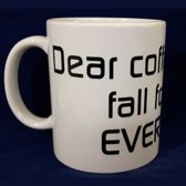Witte koffiemok met tekst Dear coffee I still fall for you every day
