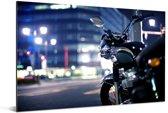 Motorfiets midden in de avond in een stad Aluminium 90x60 cm - Foto print op Aluminium (metaal wanddecoratie)