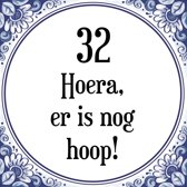Verjaardag Tegeltje met Spreuk (32 jaar: Hoera! Er is nog hoop! 32! + cadeau verpakking & plakhanger