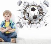 Muursticker voetbal | Voetbal door muur (3D-effect) | Muursticker voetballen | Muursticker soccer | Raamsticker | Deursticker | Kinderkamer | Jongenskamer | 50 x 40 cm | Incl. plakinstructie