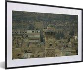 Foto in lijst - De gebouwen en minaret van Aleppo in Syrië fotolijst zwart met witte passe-partout 60x40 cm - Poster in lijst (Wanddecoratie woonkamer / slaapkamer)