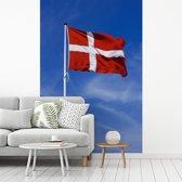 Fotobehang vinyl - De vlag van Denemarken wappert in de lucht breedte 190 cm x hoogte 280 cm - Foto print op behang (in 7 formaten beschikbaar)