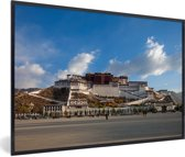 Foto in lijst - Blauwe lucht boven het Potalapaleis in China fotolijst zwart 60x40 cm - Poster in lijst (Wanddecoratie woonkamer / slaapkamer)