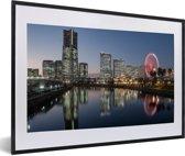 Foto in lijst - Skyline met rood gekleurd reuzenrad in Yokohama fotolijst zwart met witte passe-partout 60x40 cm - Poster in lijst (Wanddecoratie woonkamer / slaapkamer)