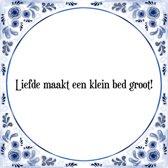 Tegeltje met Spreuk (Tegeltjeswijsheid): Liefde maakt een klein bed groot! + Kado verpakking & Plakhanger