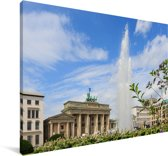 Brandenburger Tor met een fontein in het Duitse Berlijn Canvas 180x120 cm - Foto print op Canvas schilderij (Wanddecoratie woonkamer / slaapkamer) XXL / Groot formaat!